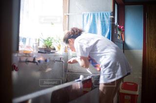 古民家の洗面台でうがいをする女性の写真・画像素材[2376257]