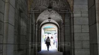 建物の前の歩道を歩いている人の写真・画像素材[2257909]