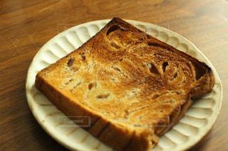 若干焼き過ぎ食パンの写真・画像素材[1061331]