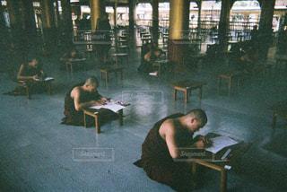 勉強中の僧侶の写真・画像素材[2247679]