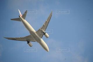 空を飛ぶ飛行機の写真・画像素材[4886038]
