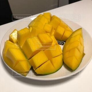皿の上にバナナとオレンジの写真・画像素材[4755855]