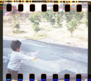 家の前でシャボン玉の写真・画像素材[2249585]
