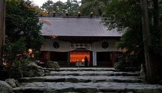 伊勢国一之宮 椿大神社 夕暮れ時の拝殿の写真・画像素材[2642690]