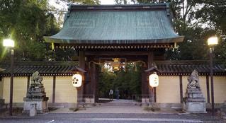 京都 北野天満宮 夕暮れ時の北門の写真・画像素材[2736238]