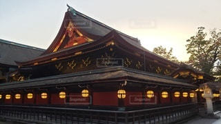 京都 北野天満宮 夕暮れ時の本殿の写真・画像素材[2736395]