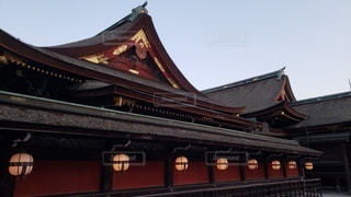 京都 北野天満宮 夕暮れ時の社殿の写真・画像素材[2736399]
