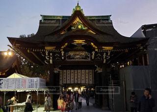 京都 北野天満宮 夕暮れ時の三光門の写真・画像素材[2748695]