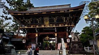 京都 北野天満宮 夕暮れ時の楼門の写真・画像素材[2750065]