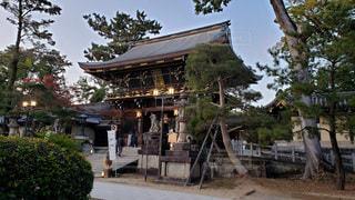 京都 北野天満宮 夕暮れ時の楼門の写真・画像素材[2750064]