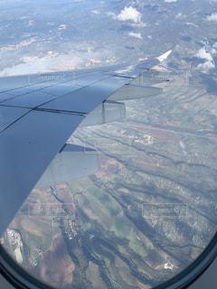 飛行機の窓からの写真・画像素材[2121151]