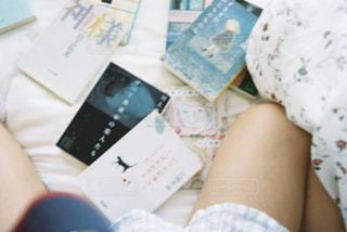ベッドに座っている人の写真・画像素材[2310413]