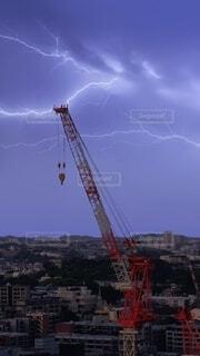 雷と建設工事のクレーンの写真・画像素材[4547354]