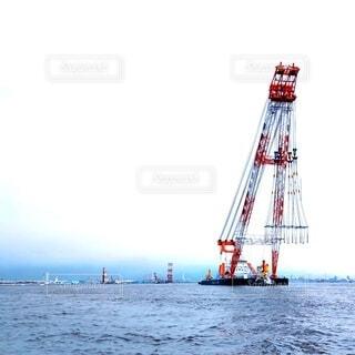 海に浮かぶ大型クレーン船の写真・画像素材[4654383]