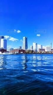 背景に都市がある広い水域の写真・画像素材[4698939]