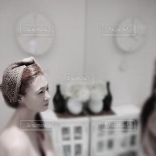 鏡の前で髪にタオルを巻いている女性の写真・画像素材[4787739]