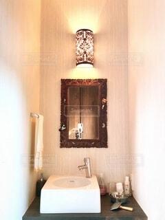 洗面台と鏡のある玄関リフォームの写真・画像素材[4798241]