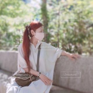 石のベンチに腰掛けている女性の横顔の写真・画像素材[4829192]