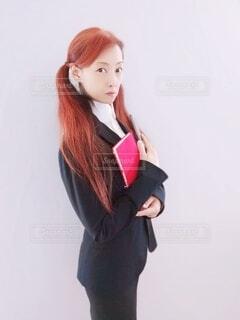 スーツ姿でビジネスをする女性の写真・画像素材[4831192]