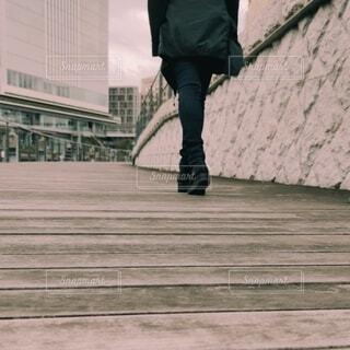 一人で歩く女性の後ろ姿の写真・画像素材[4857032]