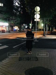 夜の一人歩きの写真・画像素材[2250480]