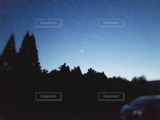 夜空に煌めく星の写真・画像素材[2249357]