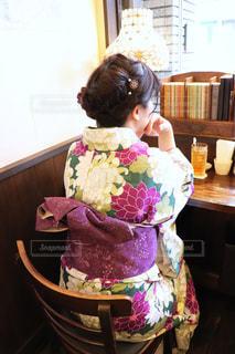 レトロな雰囲気のカフェにいた着物の女性の写真・画像素材[3066549]