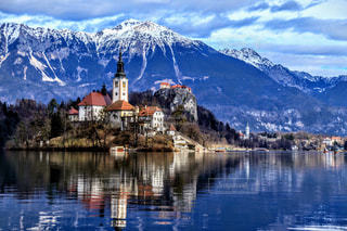 山を背景にした教会の写真・画像素材[2266821]