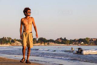 浜辺を歩く友達の写真・画像素材[2397671]