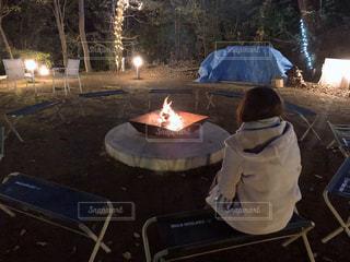 ひとりぼっちのキャンプファイヤーの写真・画像素材[2267331]