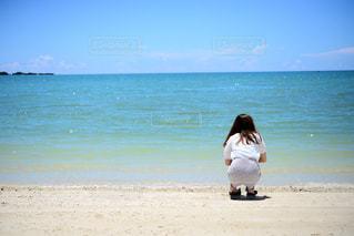 沖縄の海を眺める彼女の写真・画像素材[2311754]