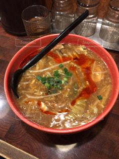 テーブルの上のスープのボウルの写真・画像素材[2266440]