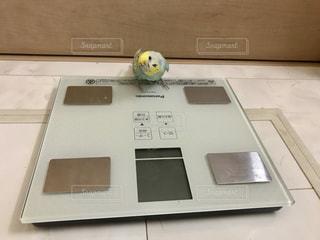 銀のノートパソコンがテーブルの上に座っているの写真・画像素材[2333935]