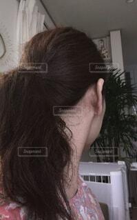 カメラを見ているピンクの髪の女性の写真・画像素材[4235466]