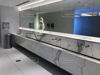 ショッピングモールの中のトイレの手洗い場の写真・画像素材[2260433]