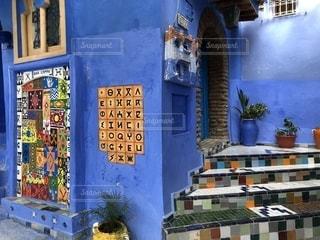 シャウエンの青い街とベルベル語の写真・画像素材[2256175]