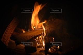 夜のキャンプの大人な焚き火の写真・画像素材[2260088]