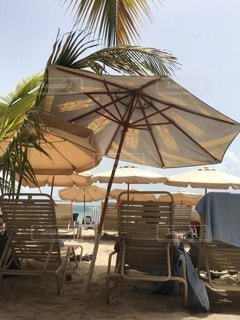 椅子の上に座っている傘の写真・画像素材[2262123]