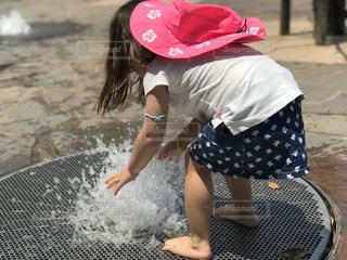 水遊びをしている女の子の写真・画像素材[2256843]