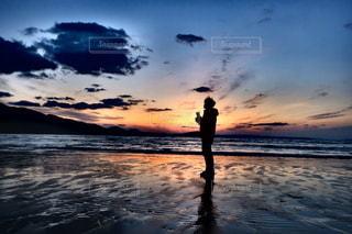浜辺の夕日の写真・画像素材[2258124]