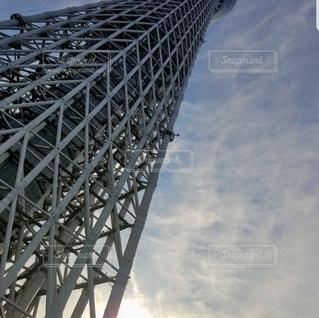 空にそびえる鉄の塔の写真・画像素材[2260111]