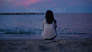 サンセットにたたずむ女性の写真・画像素材[2259058]
