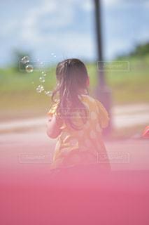 しゃぼん玉とわたしの写真・画像素材[2355823]