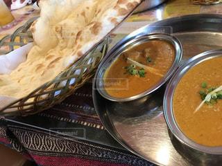 テーブルの上に食べ物のボウルの写真・画像素材[864916]