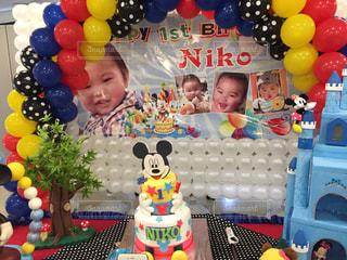バースデーケーキを持ってテーブルに座っている子供たちのグループの写真・画像素材[2262061]