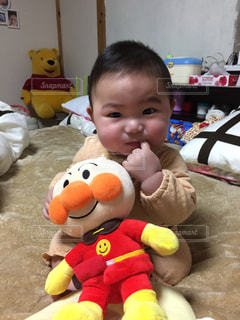 ぬいぐるみを持つ赤ちゃんの写真・画像素材[2269273]