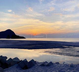 水の体の上の夕日の写真・画像素材[2264717]
