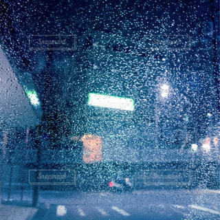 雨の夜、雨の雫の写真・画像素材[2309248]