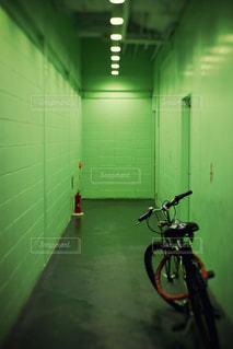 ドアの横に自転車を駐車します。の写真・画像素材[726886]