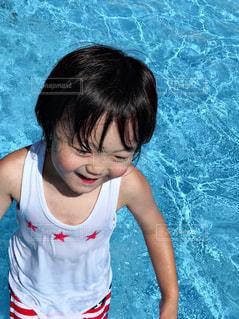 水のプールにいる少女の写真・画像素材[2265751]